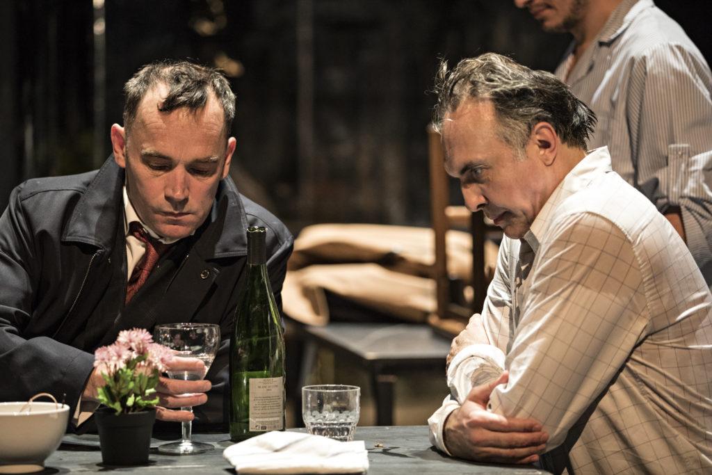 Peter Stockmann (Vincent Guédon) et son frère Tomas (Nicolas Bouchaud): tout sépare le préfet et le médecin. (Photo Jean-Louis Fernandez)